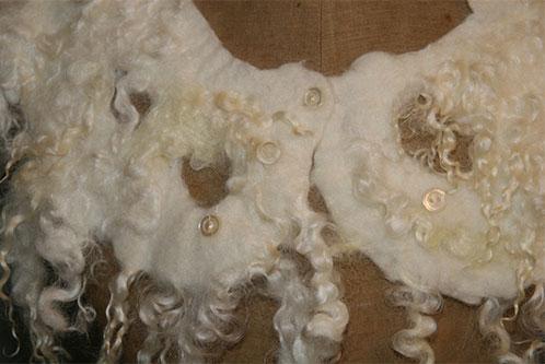 Wollen halssieraad - Merino wol met parelmoeren knoopjes