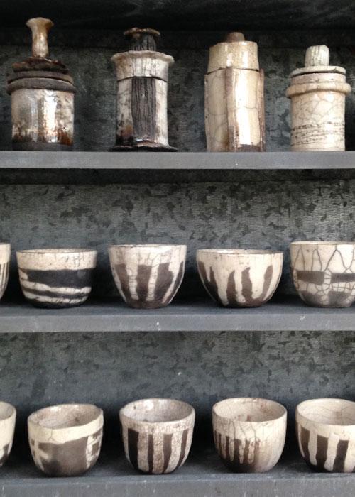 Zinken kast gevuld met potten en kommen - Raku gestookt - Kittie Markus
