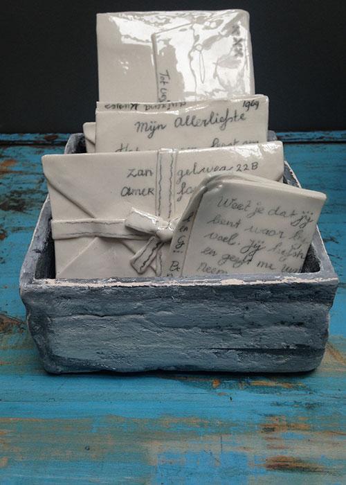 Liefdesbrieven - Porselein - Kistje is van fijne chamotte klei - Kittie Markus