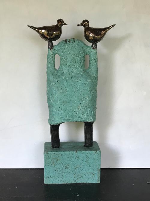 Vrij zijn - Gemaakt van grove chamotte klei met metaaleffect glazuur - hoogte 60 cm - Kittie Markus