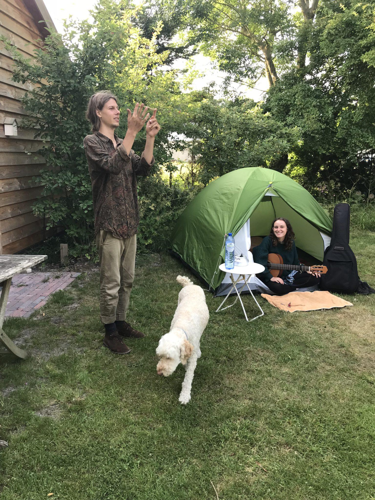 Finn & Mathilde met de tent in onze tuin.